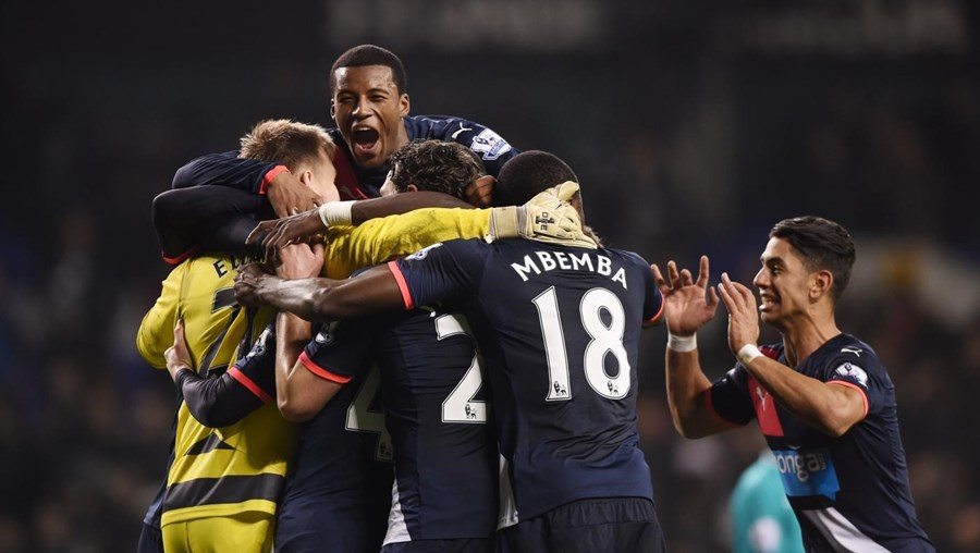 Jogadores do Newcastle celebram após a vitória no encontro com o Tottenham