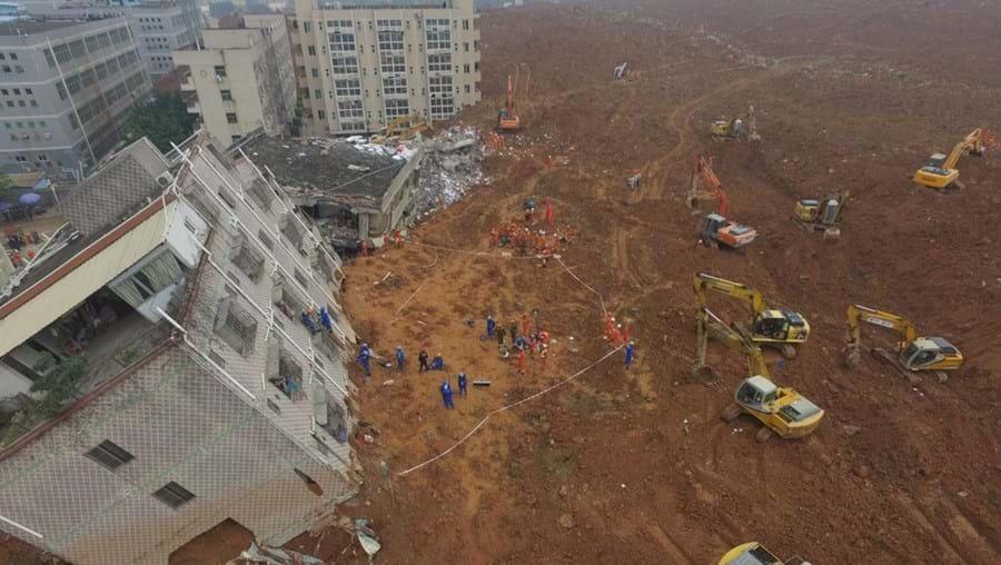 Deslizamento de terras numa zona industrial enterrou mais de 30 edifícios num mar de lama