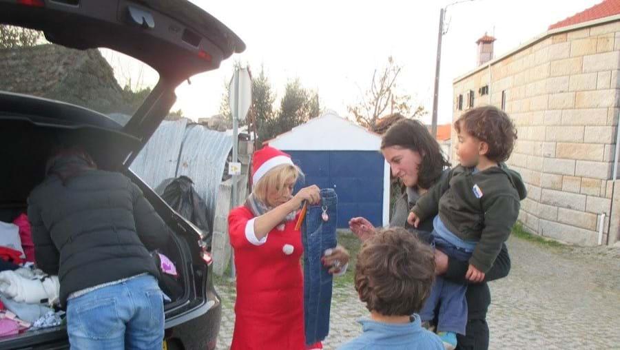 Amélia de Jesus vestiu-se de 'Mãe Natal' para entregar roupa a famílias carenciadas