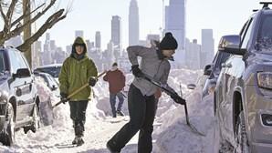 Neve leva ao cancelamento de quase 4 mil voos nos EUA