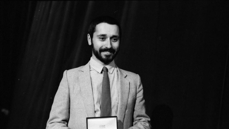 Carlos Paião, vencedor do Festival RTP da Canção 1981, posa com o prémio