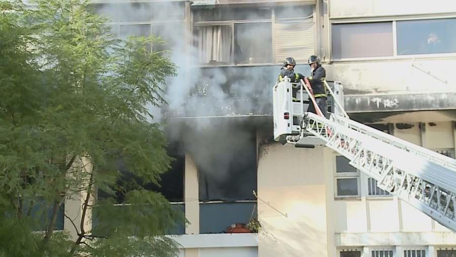 O alerta foi dado às 09h38 para um fogo num prédio da praça Rainha Santa