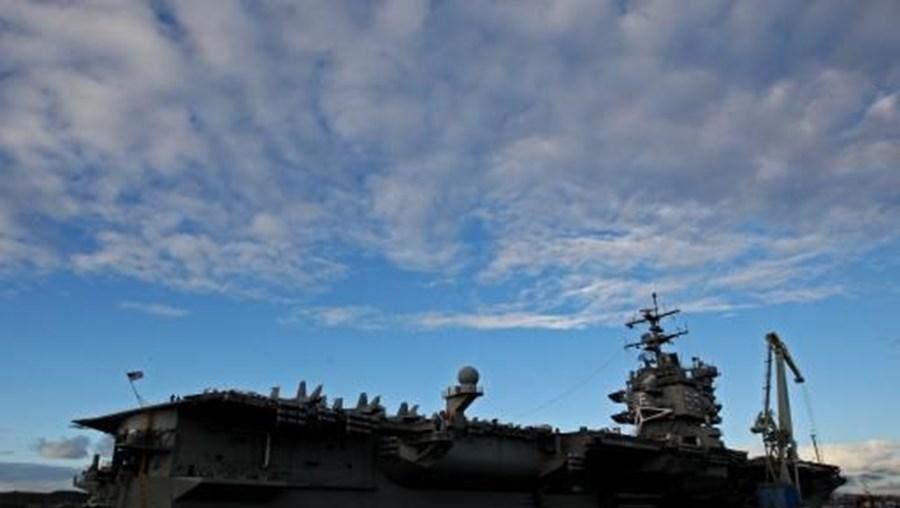 Um navio de guerra norte-americano passou numa zona a 12 milhas náuticas de uma ilha reivindicada pelas autoridades chinesas
