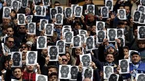 Adeptos do Nápoles manifestam-se nas bancadas
