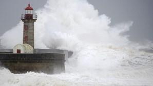 Costa de Portugal continental sob aviso amarelo devido à forte agitação marítima