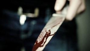 Espeta faca nas costas do marido