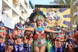 O Grupo Recreativo Escola de Samba Unidos de Vila Zimbra encerrou o desfile das escolas de samba de Sesimbra numa explosão de cor, alegria e muito ritmo