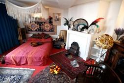 O cantor mudou-se para o apartamento na Brook Street no verão de 1968, com Kathy Etchingham, a namorada da altura