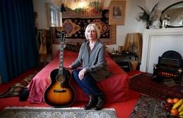 """""""É como uma viagem no tempo"""", explica Kathy Etchingham"""