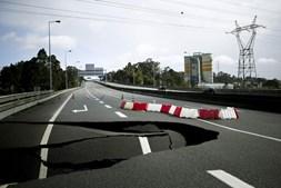 Aluimento do piso da A41, em Alfena, Valongo, obrigou a corte do trânsito nas duas vias e a circular pela esquerda