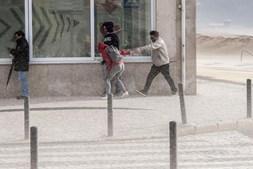 O forte vento arrastou areia da praia, na Nazaré, e levou ao encerramento da marginal ao trânsito