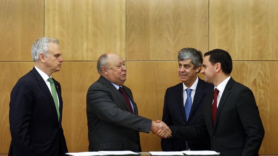 Humberto Pedrosa (esq.), um dos representantes do consórcio Atlantic Gateway, cumprimenta Pedro Marques, ministro do Planeamento e das Infraestruturas, durante a assinatura do acordo sobre a TAP