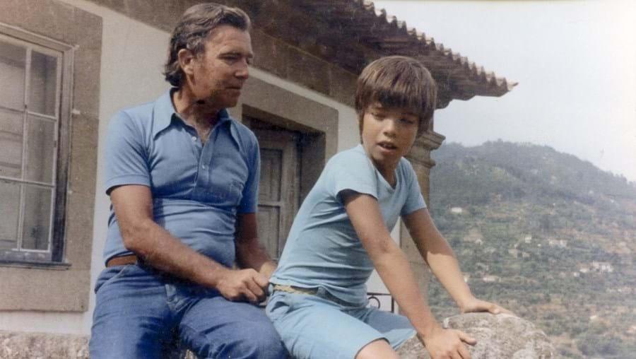 Gaspar com o filho Manuel numa casa de família em Cinfães