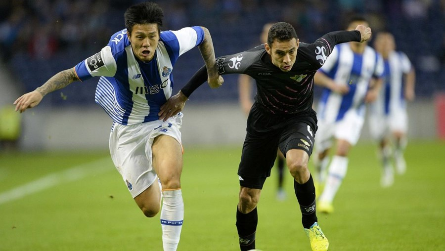 Suk (esq.) marcou um dos golos da vitória do FC Porto