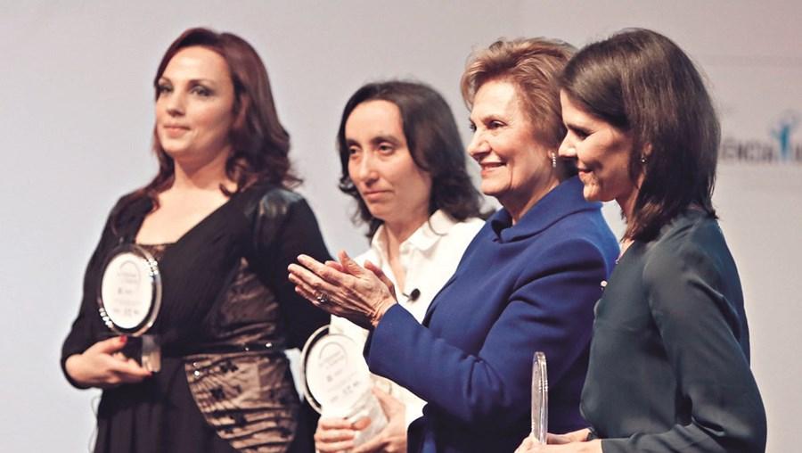 Ana Faria, Ana Catarina Fonseca e Elisabete Oliveira receberam a medalha  das mãos  de Maria Cavaco Silva