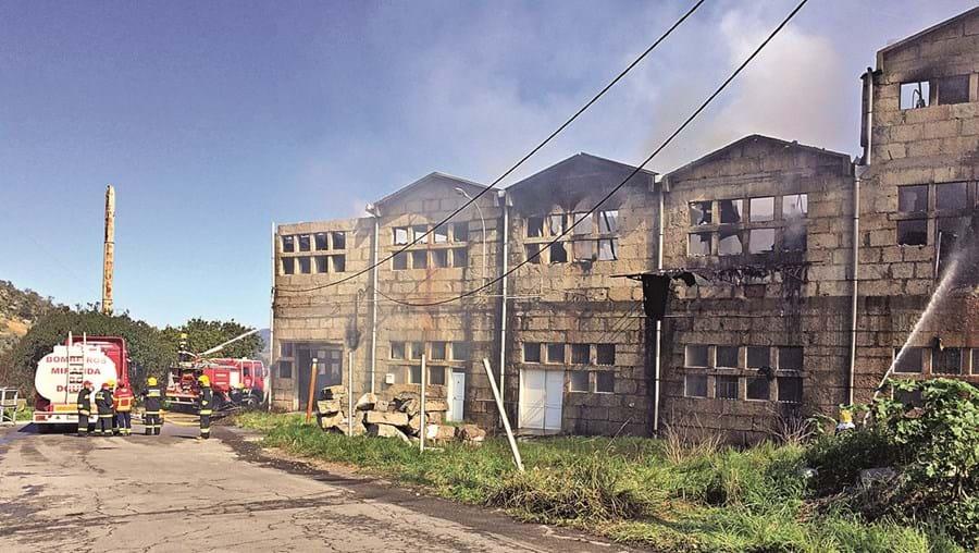Bombeiros continuaram na segunda-feira os trabalhos no  Cachão