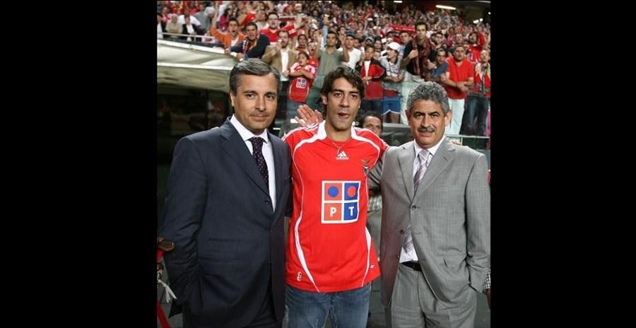 Empresário ao lado de Luís Filipe Vieira durante a apresentação de Rui Costa no Estádio da Luz (2007)