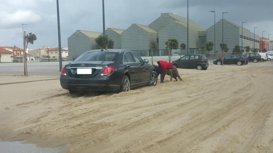 Rua 43, em Espinho, ficou coberta de areia e vários carros ficaram atolados quando tentavam percorrer a via obstruída