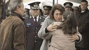 Ministra chora abraçada a pais de polícia assassinado