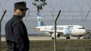 Fotogaleria: homem com colete de bombas desvia avião