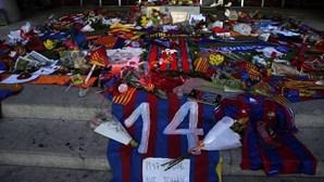 Ex-presidentes do Barcelona visitam memorial de Cruyff