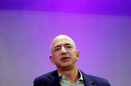 Jeff Bezos tem uma fortuna de 41,60 mil milhões de euros. É dono da plataforma online Amazon