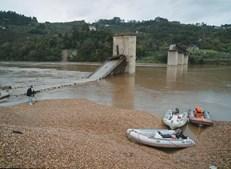 Pilares e tabuleiro da ponte de Entre-os-Rios, que ligava as margens do rio Douro