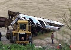 Recolha dos destroços do autocarro que se encontrava no fundo do rio Douro devido à queda da ponte