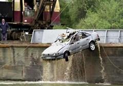 Carro retirado do rio Douro, 34 dias após o desmoronamento da ponte de Entre-os-Rios, que causou vários mortos