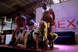 Show de sexo ao vivo no salão erótico do Porto