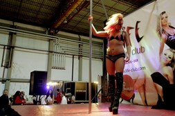 Striptease no palco principal