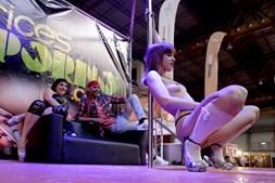 Sensualidade em destaque num show de sexo a três