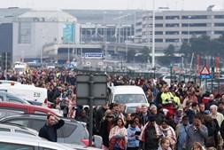 Passageiros e funcionários abandonam o aeroporto de Zaventem