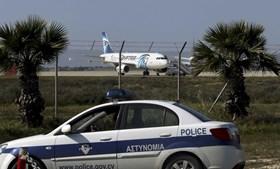 Voo da EgyptAir foi sequestrado por homem com colete de bombas e aterrou no Chipre
