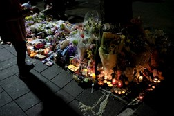 Flores depositadas perto do local do crime