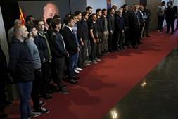 Jogadores, treinadores e diretores do clube homenageiam Cruyff