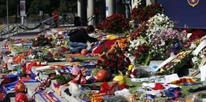 Fãs deixam flores e cachecóis no memorial