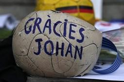 Uma bola antiga onde se pode ler 'Obrigado Johan'