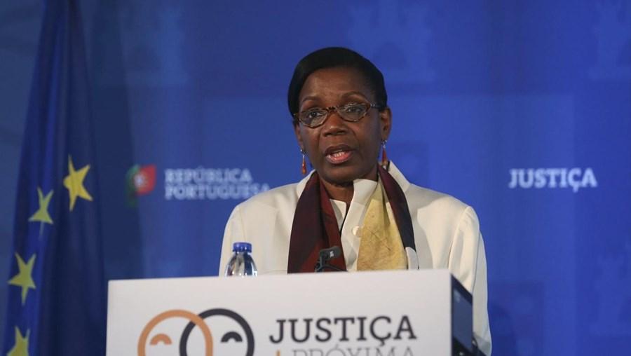 A ministra da Justiça, Francisca Van Dunem, durante o seu discurso na cerimónia de lançamento do Plano de Ação Justiça + Próxima