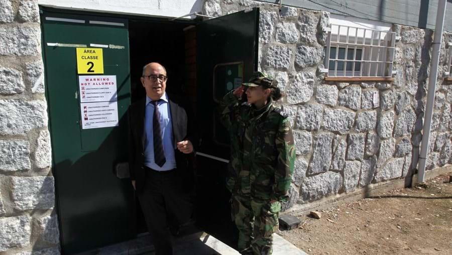 O ministro da Defesa Nacional, Azeredo Lopes, à saída da central de operações do exercício de grandes dimensões Real Thaw 2016