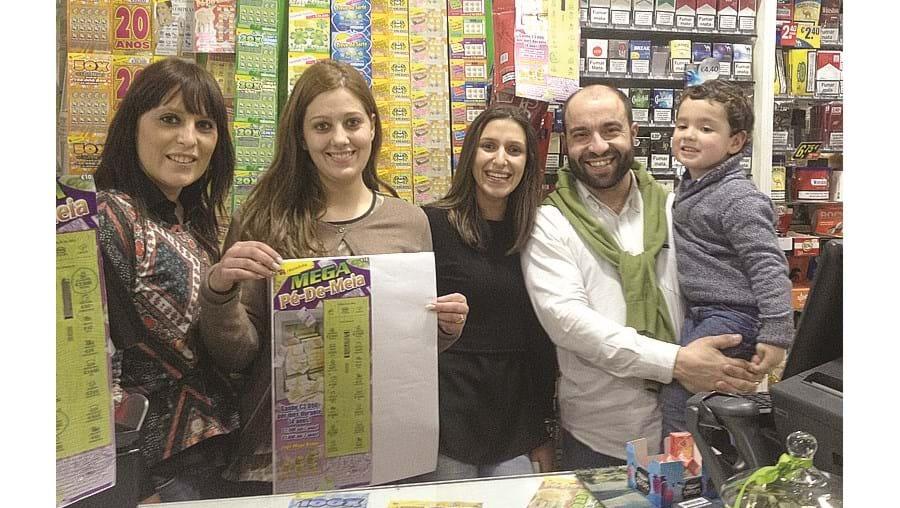 Ana Teixeira (segunda a contar da esquerda) com as colegas e o patrão