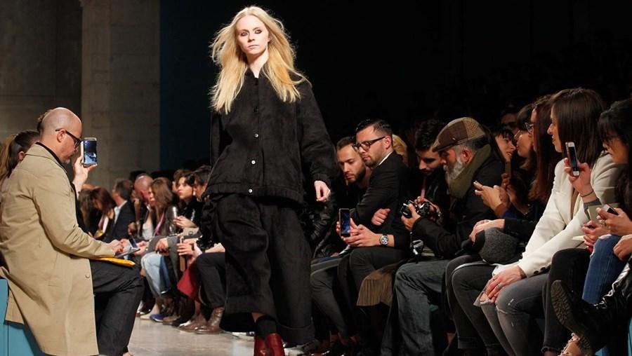 As modelos desfilam na passerela durante o evento da estilista Alexandra Moura