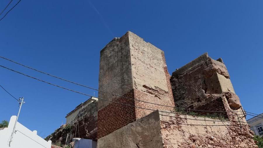 Queda de pedras já obrigou a Proteção Civil a isolar zona junto a muralha