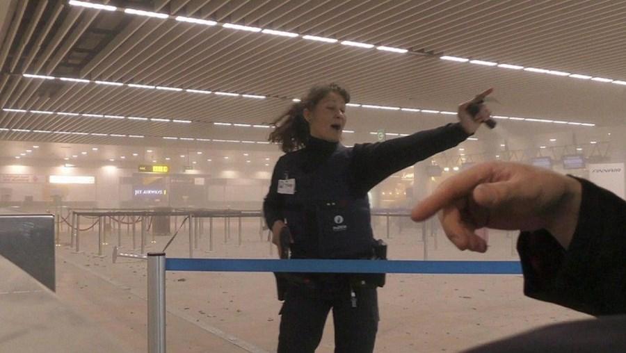 Polícia belga no aeroporto de Bruxelas, após as explosões