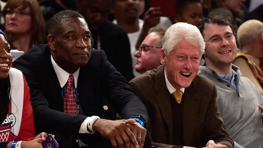 Mutombo ao lado do antigo presidente dos EUA, Bill Clinton