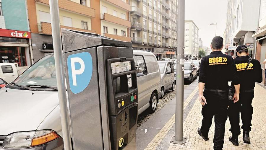 Parcómetros de Braga controlados pela ESSE, que fiscaliza pagamentos