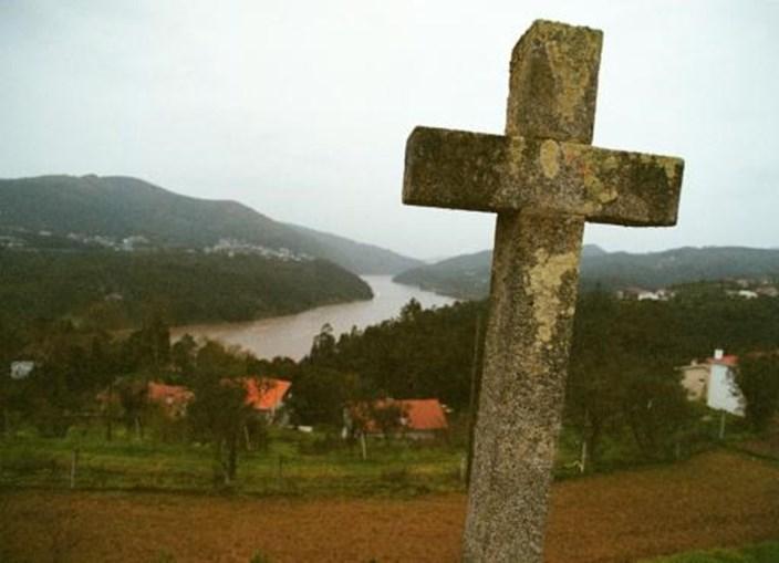 Cruz de pedra no campo, numa das margens do rio Douro