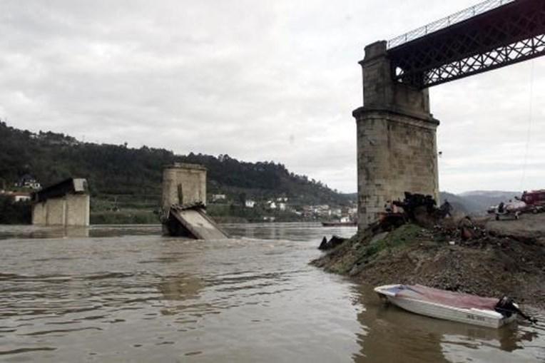Vista da ponte que ruiu no rio Douro quando era atravessada por um autocarro