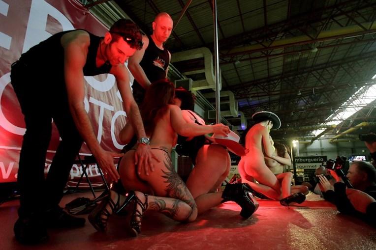 Os espectáculos de sexo em grupo estiveram em destaque no segundo dia do Eros Porto