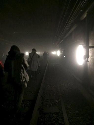 Passageiros caminham nos túneis do metro para saírem